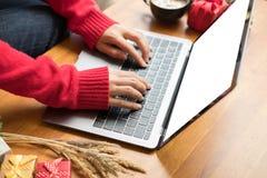 Frauenart auf Laptop zu Hause Mädchengebrauchscomputer während Weihnachten Chr Lizenzfreie Stockfotos