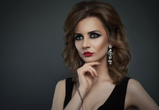 Frauenatelieraufnahme der jungen Mode der Schönheit sexy auf einem dunklen backgroun Stockbild