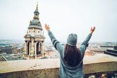 Frauenaufstiegshand oben mit schöner Ansicht an der alten europäischen Stadt Stockfoto
