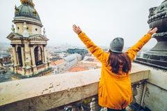 Frauenaufstiegshand oben mit schöner Ansicht an der alten europäischen Stadt Lizenzfreies Stockfoto