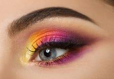Frauenauge mit schönem buntem Make-up Lizenzfreie Stockbilder