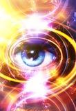 Frauenauge und -musik merkt und kosmischer Raum mit Sternen abstrakter Farbhintergrund und gelbes Licht, Feuerkreis Blickkontakt Lizenzfreie Stockfotografie