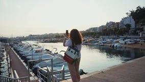 Frauenausgabentag im Freien auf Hafen allein stock footage