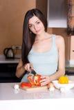 Frauenausschnittgemüse in der Küche Lizenzfreies Stockbild