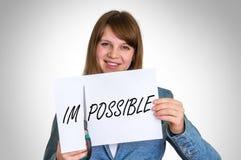Frauenausschnittpapier durch Scheren mit unmöglichem Wort Stockfoto