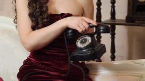Frauenausschuß ein Telefonanruf am Telefon stock video