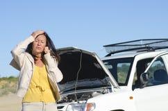 Frauenautozusammenbruch-Straßenunterstützung Stockbild