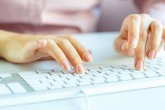 FrauenBüroangestellter, der auf der Tastatur schreibt Lizenzfreie Stockbilder