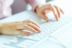 FrauenBüroangestellter, der auf der Tastatur schreibt Lizenzfreie Stockfotos