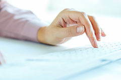 FrauenBüroangestellter, der auf der Tastatur schreibt Lizenzfreies Stockfoto