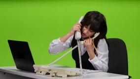 FrauenBüroangestelltgespräch an zwei Telefonen sofort studio stock video