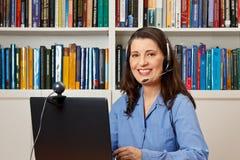 Frauenbürohotline-Informationsstelle callcenter stockbilder