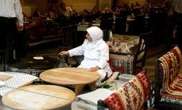 Frauenbackenbrot in Istanbul Lizenzfreie Stockbilder