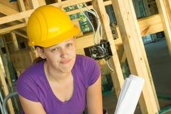 Frauenbauarbeiter, der frustriert schaut lizenzfreie stockbilder