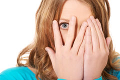Frauenbedeckung ihr Gesicht mit den Händen stockbild