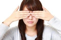 Frauenbedeckung ihr Gesicht mit den Händen Lizenzfreie Stockbilder