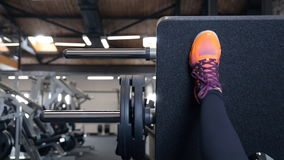 Frauenbein auf den Trainern, die das Gewicht tut Übungen in der Turnhalle anheben stock video footage