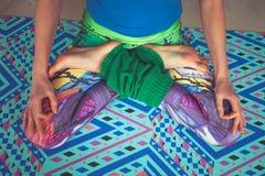 Frauenbeine in den bunten Gamaschen im Lotos werfen von der oben genannten Ansicht herein auf Stockfoto