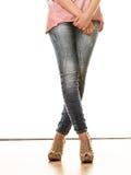 Frauenbeine in den Schuhen der Denimhosen-hohen Absätze Lizenzfreies Stockfoto