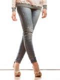 Frauenbeine in den Schuhen der Denimhosen-hohen Absätze Lizenzfreie Stockfotos