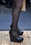 Die schwarzen Schuhe und die Socken der Frau Lizenzfreies Stockfoto
