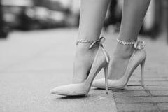 Frauenbeine, die hohe Absätze tragen Lizenzfreie Stockfotos