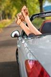 Frauenbeine im Auto lizenzfreies stockfoto