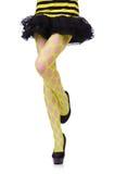 Frauenbeine im gelben Fischnetz Lizenzfreie Stockbilder