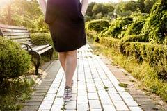 Frauenbeine im Park Lizenzfreies Stockfoto