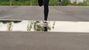 Frauenbeine lassen forvard laufen und treten in Wasser Plash stock video