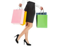 Frauenbeine mit bunten Paketen Lizenzfreie Stockbilder