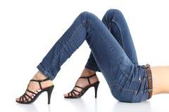 Frauenbeine mit den Jeans und Sandalefersen lokalisiert Stockfoto