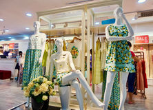 FrauenBekleidungsgeschäft, Modekleidungsshopinnenraum Stockfotos