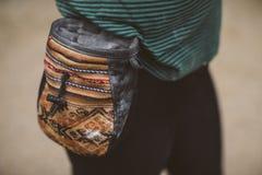 Frauenbergsteiger mit ihrer kletternden Kreidetasche lizenzfreie stockfotos