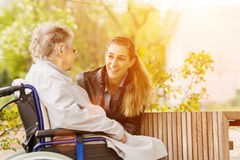 Frauenbesuchsgroßmutter im Pflegeheim Lizenzfreies Stockbild
