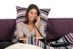 Frauenbett-Telefonaufruf Stockfoto