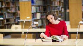 Frauenblatt durch fettes Buch ohne Gläser Lizenzfreie Stockfotografie