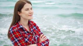 Frauenblick auf Meereswellen auf Strand Weiblicher Reisender ist während der Ferien auf Strand am stürmischen Wetter kalt stock video