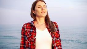 Frauenblick auf Meereswellen auf Strand Weiblicher Reisender ist während der Ferien auf Strand am stürmischen Wetter kalt stock footage