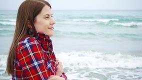 Frauenblick auf Meereswellen auf Strand Weiblicher Reisender ist während der Ferien auf Strand am stürmischen Wetter kalt stock video footage