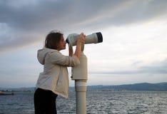 Frauenblick im Lohn binokular lizenzfreie stockfotos