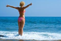 Frauenblick in Meer Stockbild