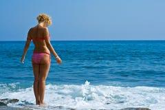 Frauenblick in Meer lizenzfreies stockfoto