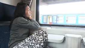 Frauenblick vom Zug stock footage