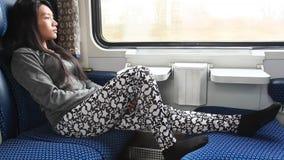 Frauenblick vom Zug Stockfoto