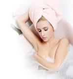 Frauenblondine in einem Bad mit Schaumgummi lizenzfreie stockfotografie