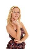 Frauenblumen-Kleiderhand unter dem Kinn ernst Stockbild