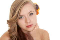 Frauenblumenhaarkopf-Abschlusshand unter dem Kinn ernst Lizenzfreie Stockbilder