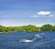 Frauenbootfahrt auf See Lizenzfreie Stockfotos