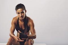 Frauenboxer, der zum Training fertig wird Stockbilder